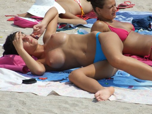 Stunning Sexy Babe With Beautiful Boobs Topless At The Beach