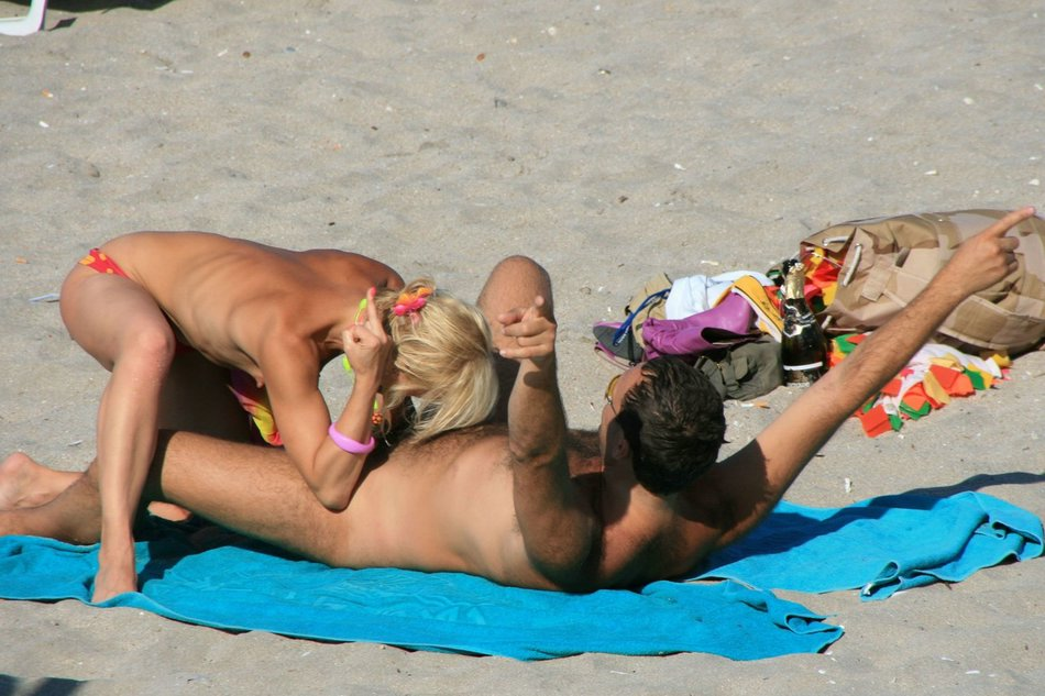 Sexy Beach Blowjob Foto's