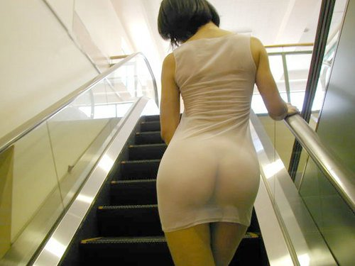 Hete Vrouw in Naakt seethrough Foto's in openbare Subway Trappen