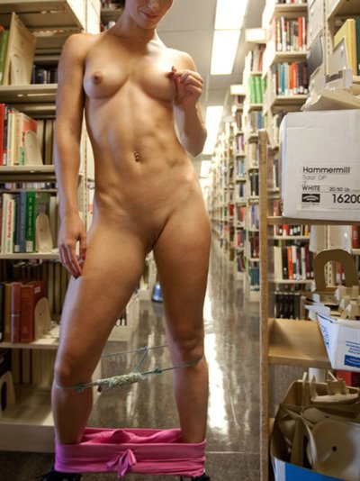 Bibliotheek Porn Pictures Hot Girl Knipperend Naakt op Candid Camera
