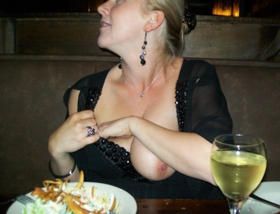 wife at restaurant nude