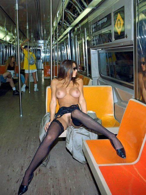 Hot Nude Pictures Woman Flashing Muschi an der U-Bahn
