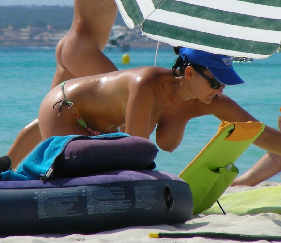 Amateur Topless Beach Voyeur Photo