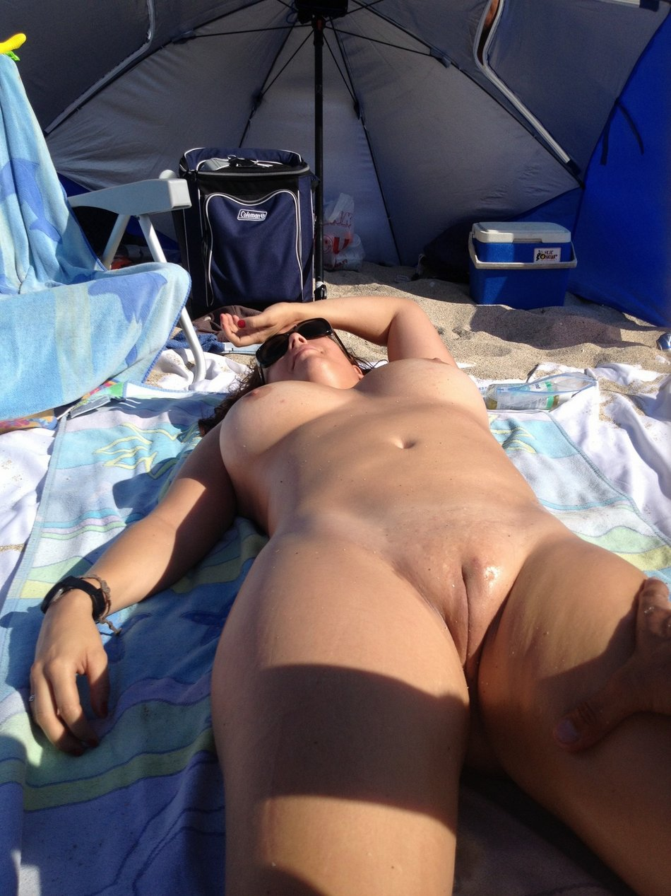 Beach Nude Of Wife With Superbe Curvy Body Doing Sun Tanning