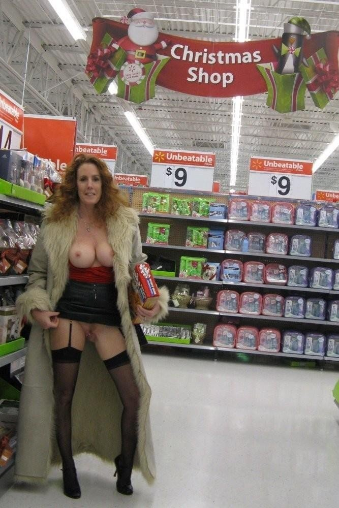 Photo Superbe Mature Wife Flashing Nude in Public Store