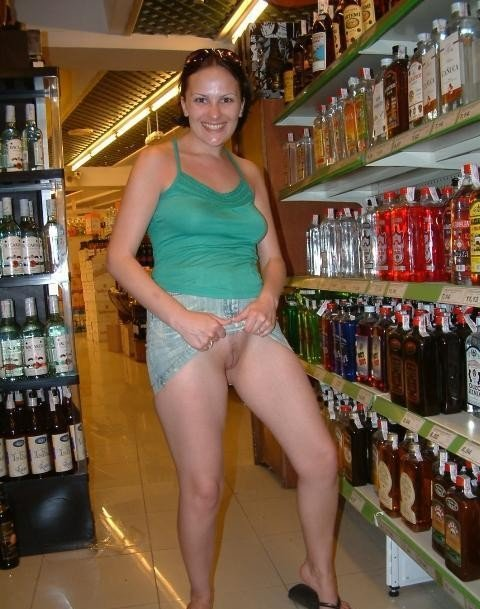 Laura Flashing Milf Shopping