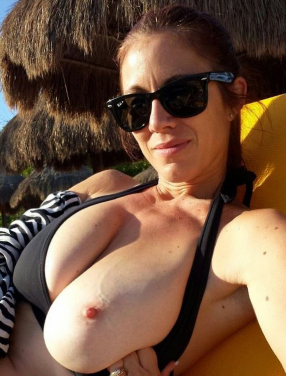 Sexy Mature Flashes Tit in Selfie