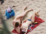 Girlfriend Berühren Hahn am FKK-Strand Bilder