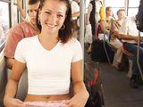 Girlfriend Amateur Brunette mignon Clignote Pussy en bus public