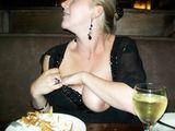 Flashing Boobs im Restaurant Bilder