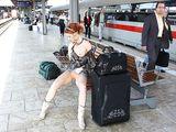 Sexy Naakt Meisje Knippert Pussy bij Public Train Station